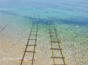 海へ続く線路の画像